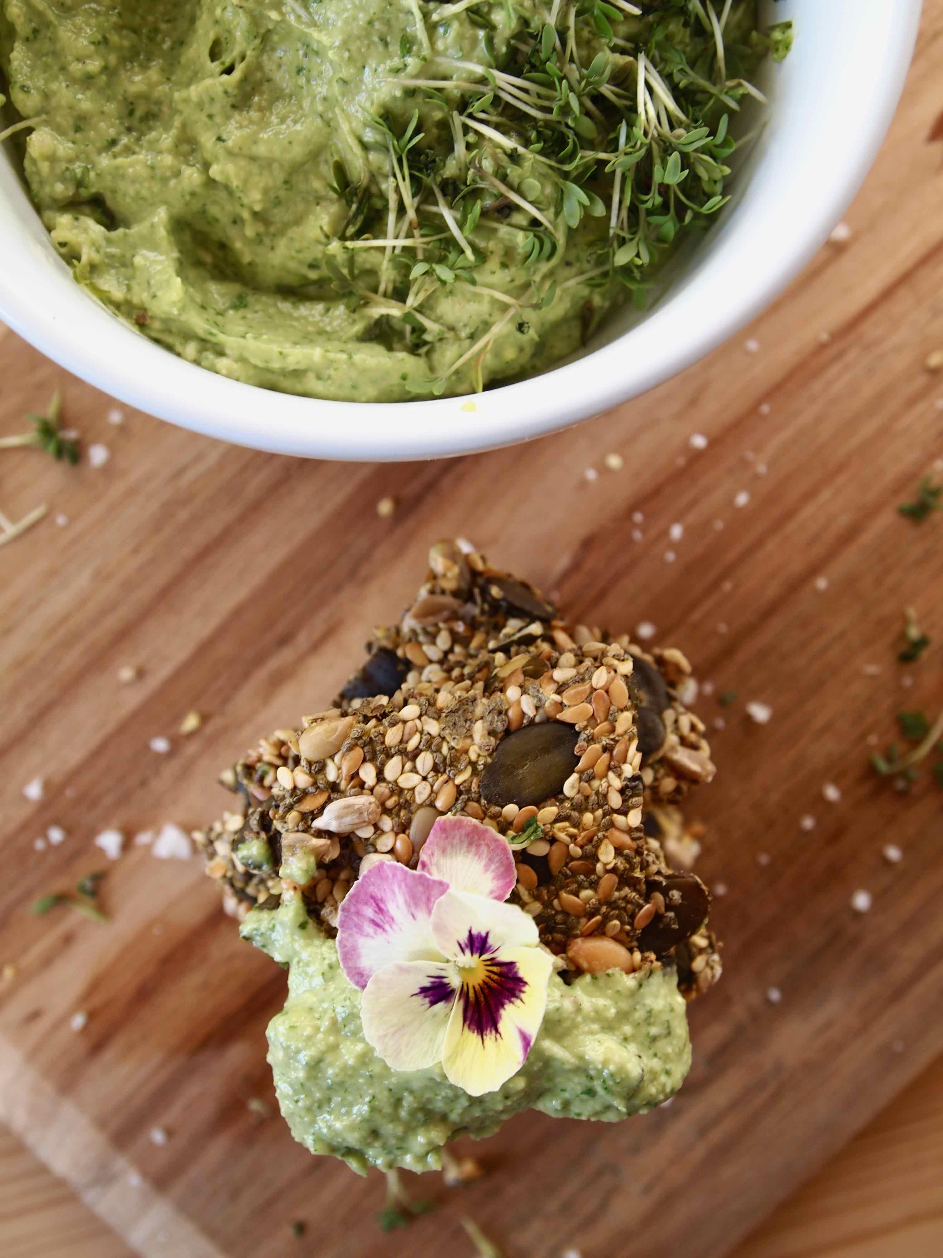 Chia-Cracker und Avocado-Kräuter-Dipa