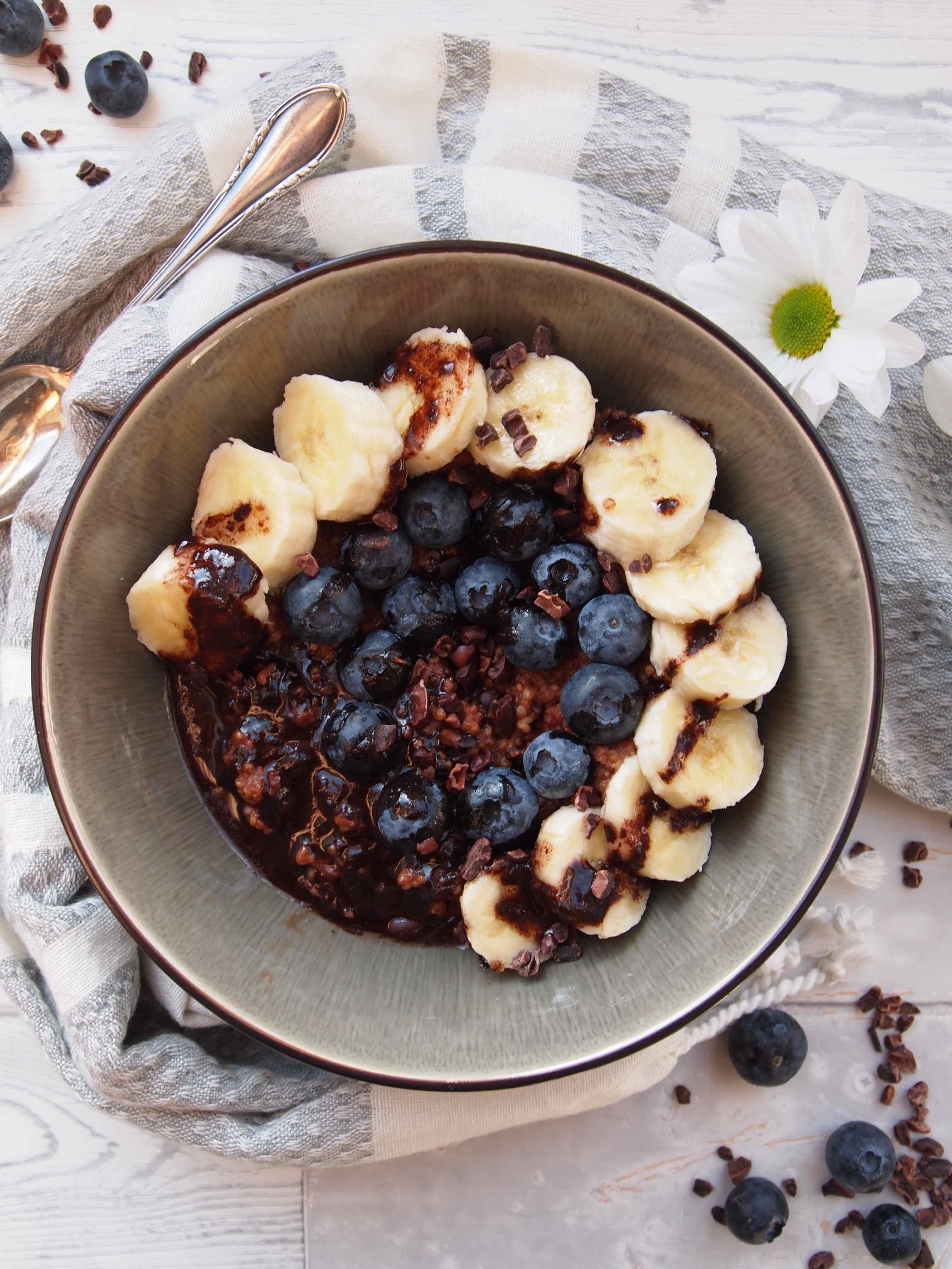 Schoko-Porridge mit Banane und Heidelbeeren und zuckerfreier Schokosoße