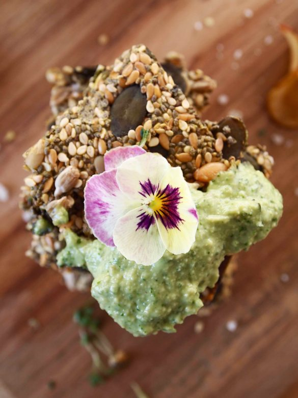 Chia-Cracker mit Avocadodip