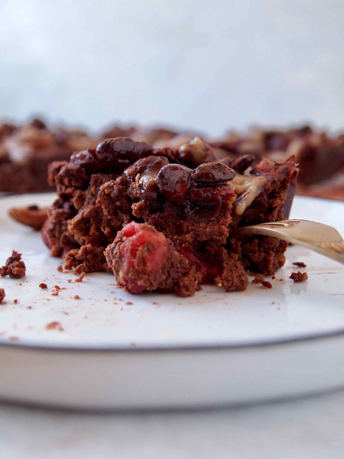 Cranberry-Süßkartoffel-Brownies mit Salzkaramellnüsse und Dattel-Karamell-Soße