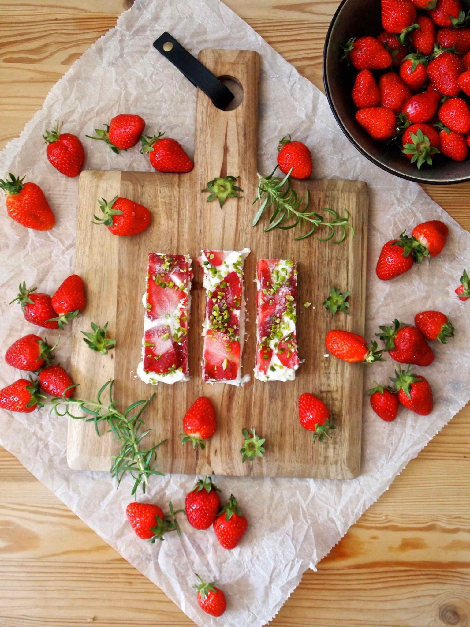 FroYo Erdbeer-Kokos-Riegel mit Erdbeer-Chia-Swirl
