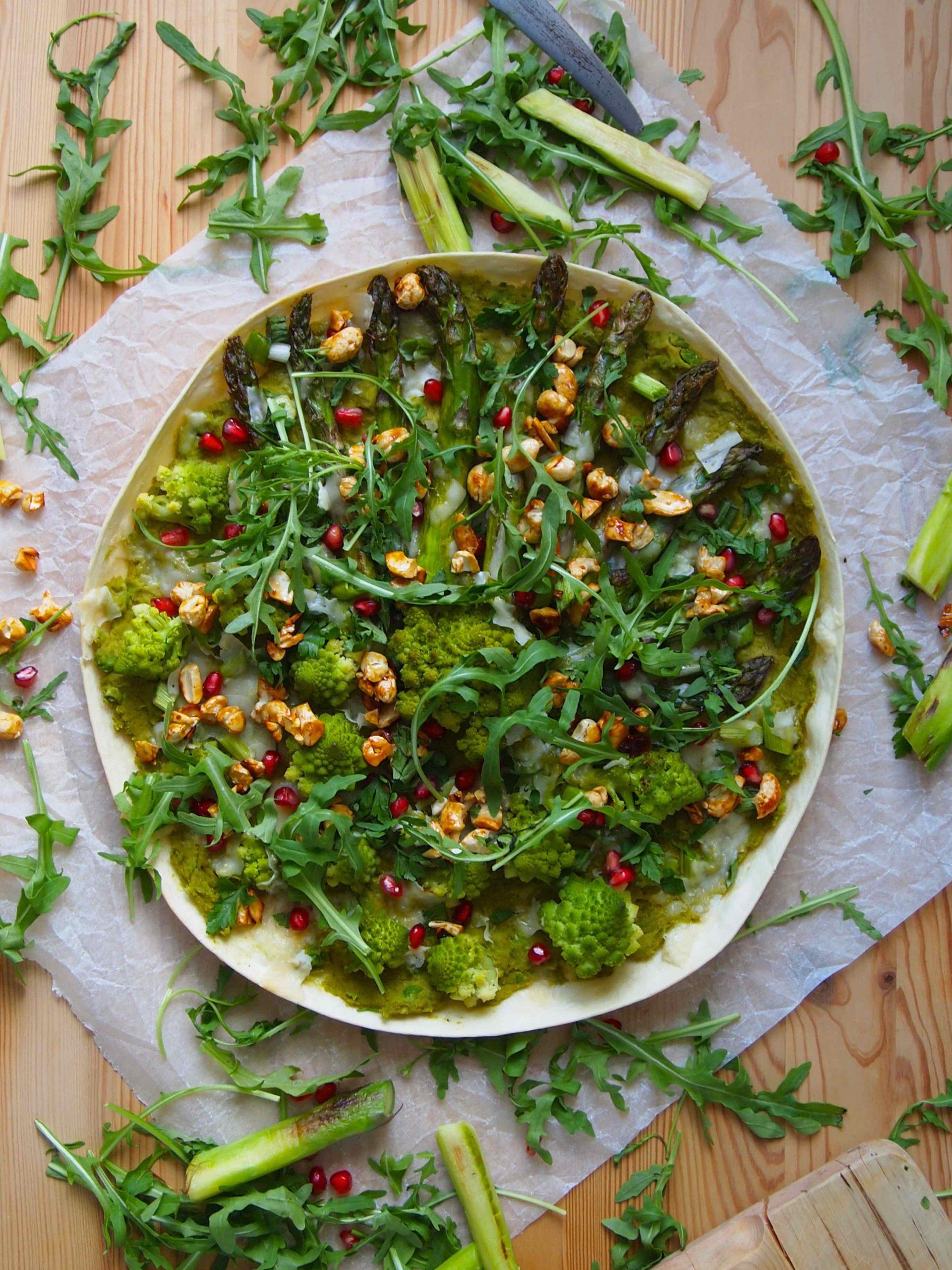 Grüner Flammkuchen mit Erbsenpesto, Spargel und Romanesco