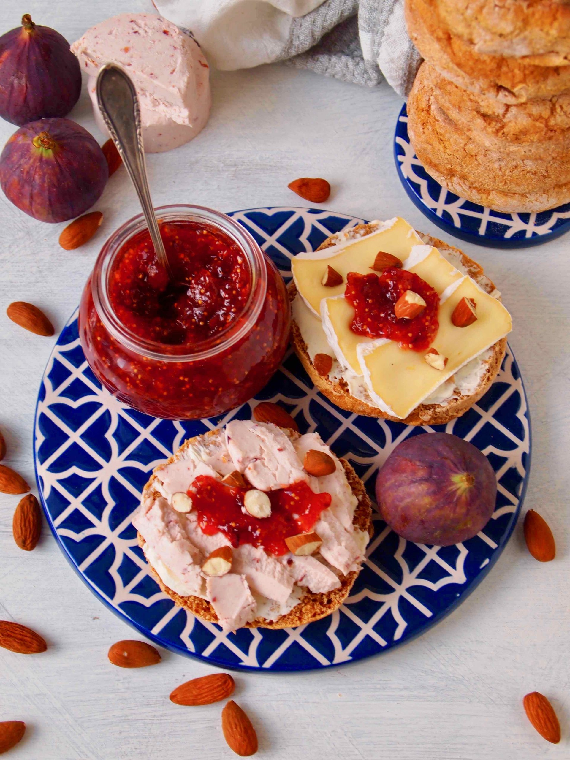Bolo de caco com compota de figo -Süßkartoffelbrot mit Feigenmarmelade