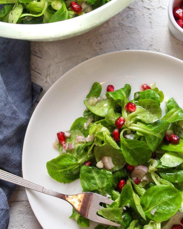 Corinna von Kitchenplace.de mit Ihrem Feldsalat mit Granatapfelvinaigrette