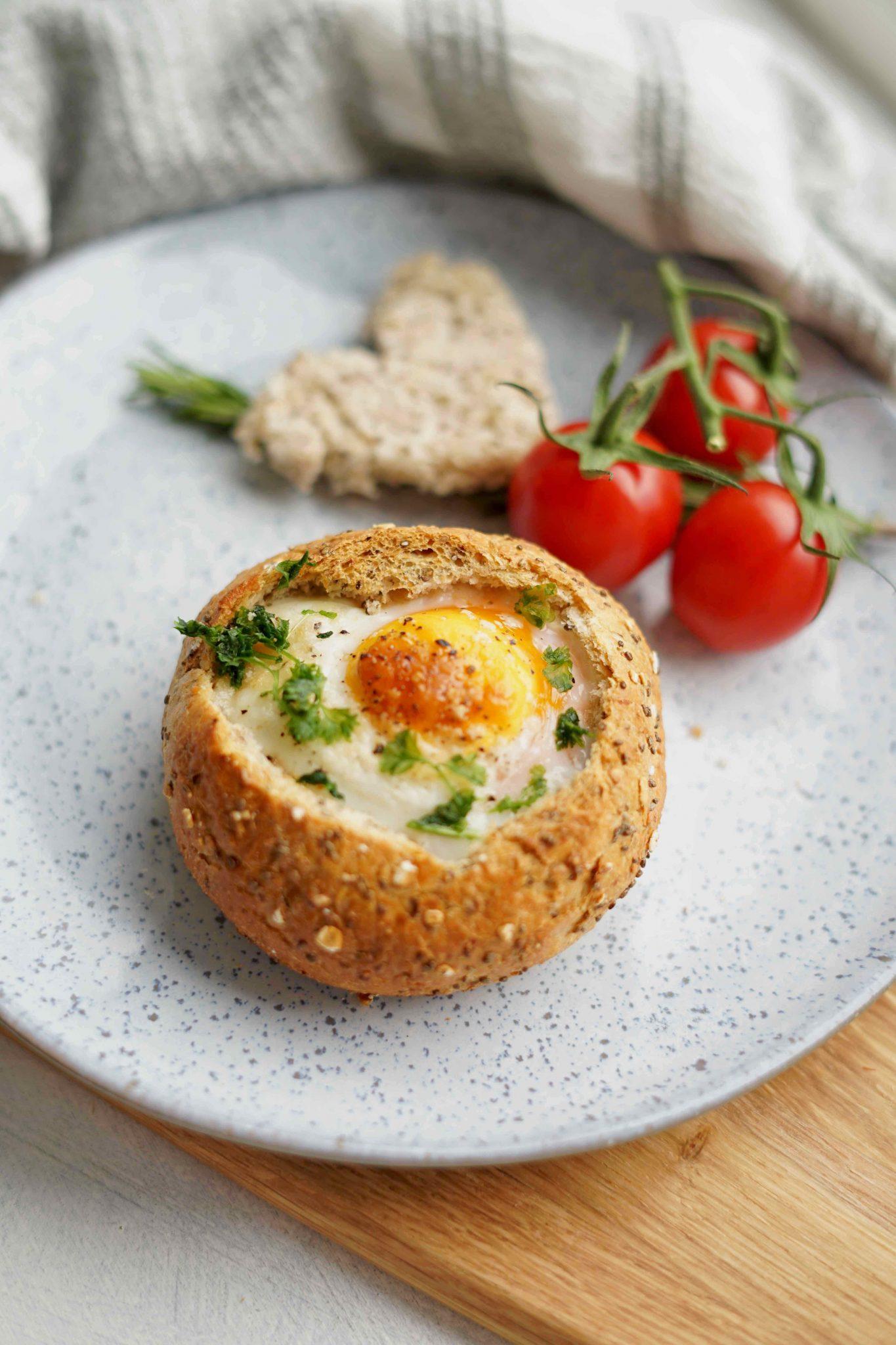 Valentinstag Rezept Frühstücksei im Brötchen