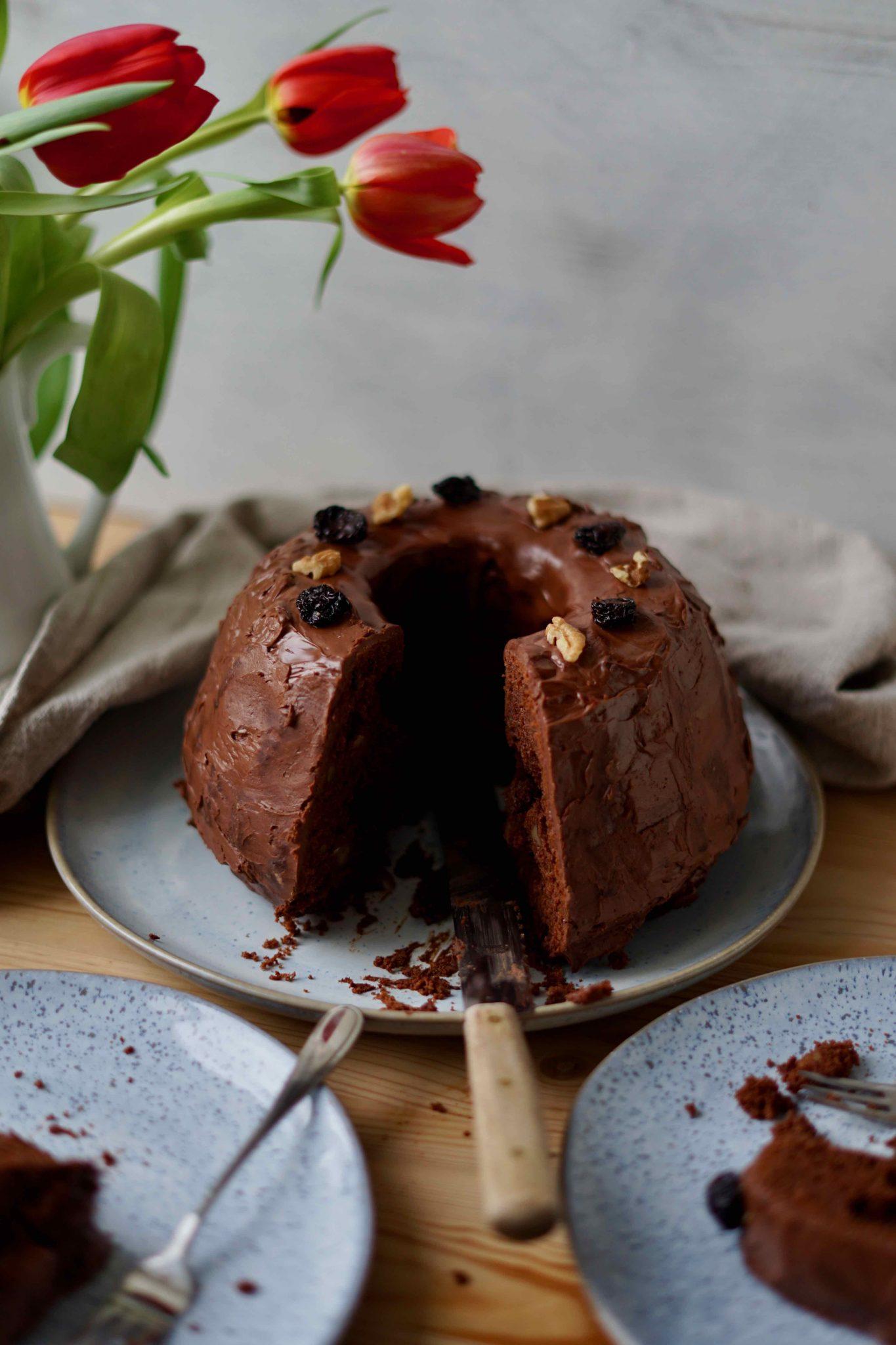 Schokoladenguglhupf mit Portwein und Nüssen
