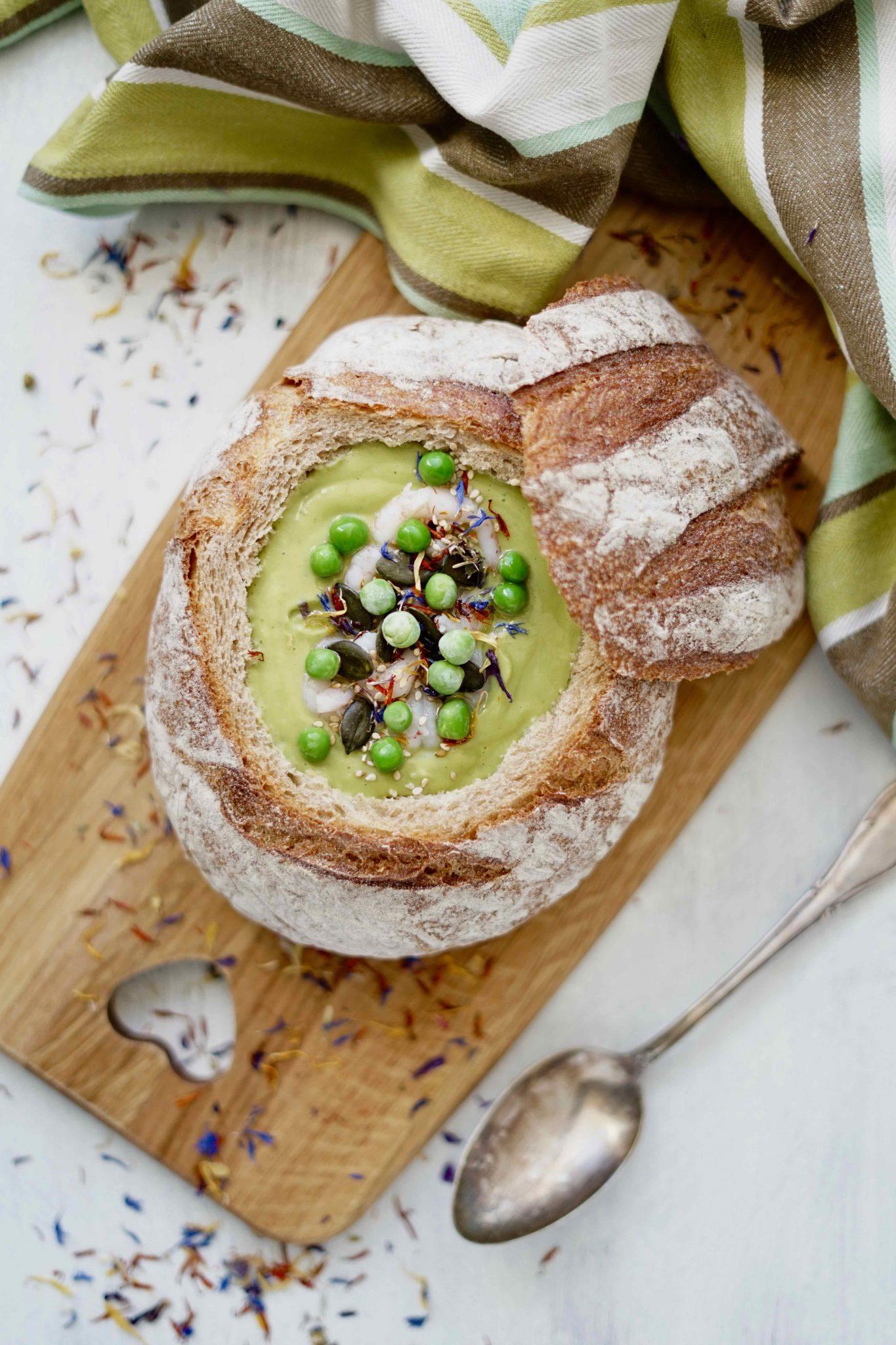 Avocadosuppe im Brot