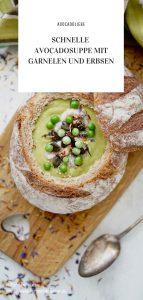 Schnelle Avocadosuppe mit Garnelen und Erbsen im Tassenbrot