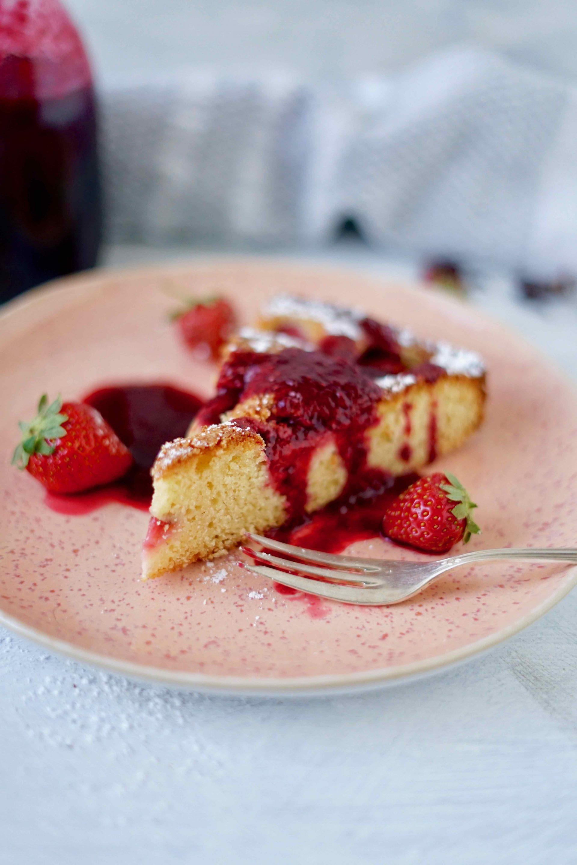 Rhabarber-Grieß-Kuchen mit Erdbeer-Hibiskus-Sirup
