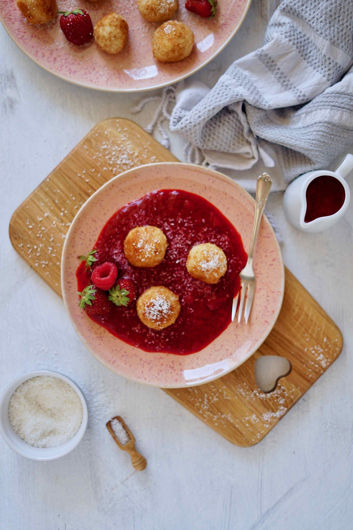 Milchreisbällchen mit Erdbeersoße