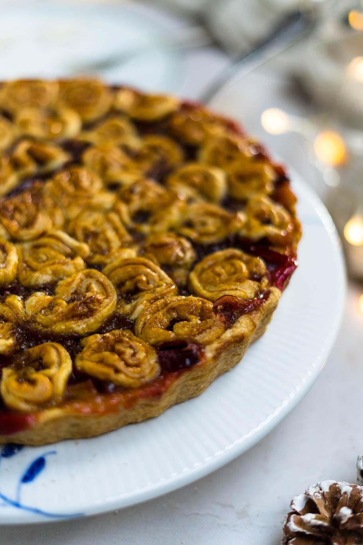 Pflaumen-Pie mit Lakritzschnecken-Deckel und gerösteten Mandeln
