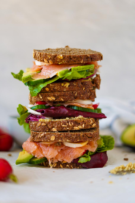 Lachs-Brote mit selbstgemachten Hummus