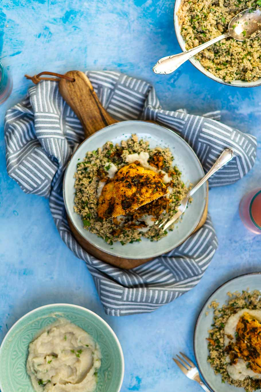 Chermoula-Ofenblumenkohl auf Kräutercouscous und Kardamompüree