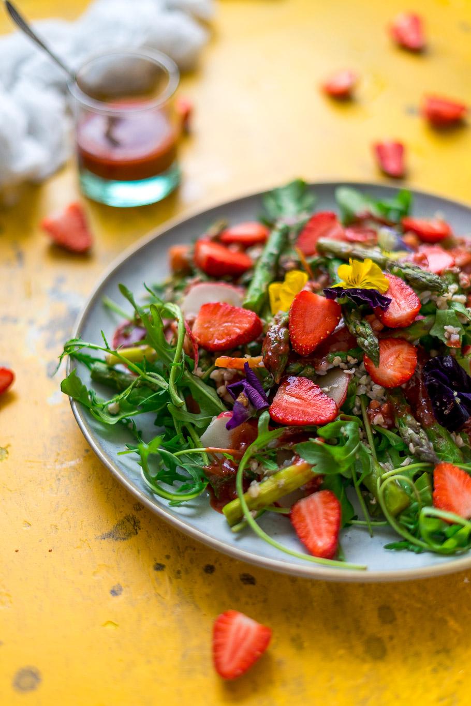 Spargel-Erdbeer-Salat mit Erdbeer-Vinaigrette