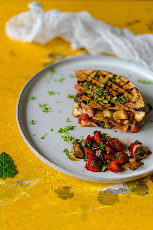 Fruchtige Quesadillas mit Halloumi und Erdbeer-Salsa
