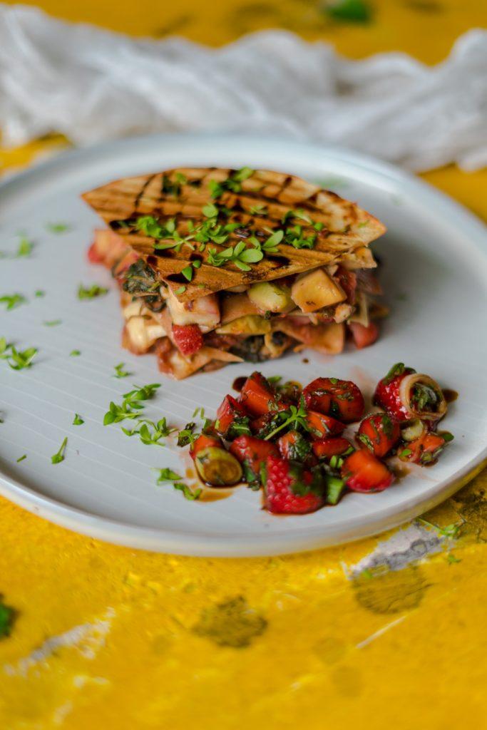 Quesadillas mit Rhabarber-Chutney, Halloumi und Erdbeer-Salsa