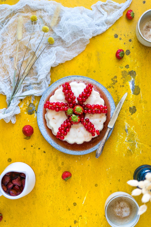 Kokospudding mit beschwipsten Erdbeeren in Madeirawein