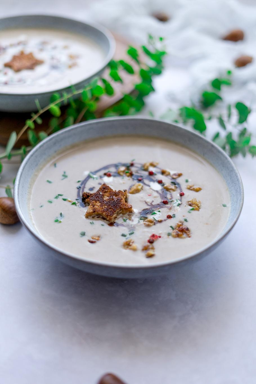 Maronensuppe mit Chilinüssen und Zimt-Tonka-Croutons