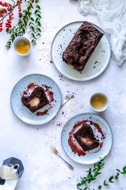 Saftiger Schokokuchen mit versunkenen Portwein-Birnen