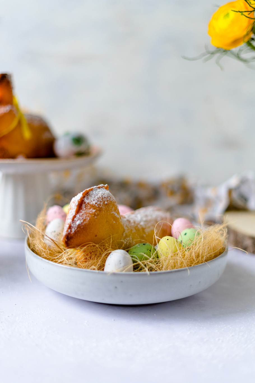 Osterlämmchen und Osterhasen aus Zitronen-Rührteig