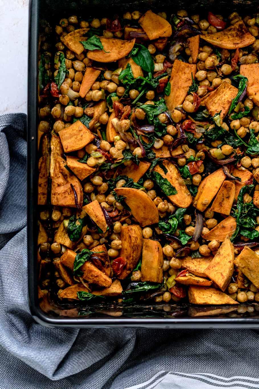 Orientalisches Süßkartoffel-Kichererbsen-Blech