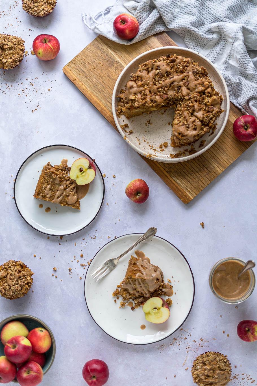 Apfel-Crumble-Kuchen mit Dattelkaramell